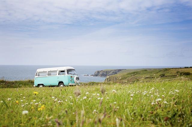 starý typ karavanu jedoucí krajinou