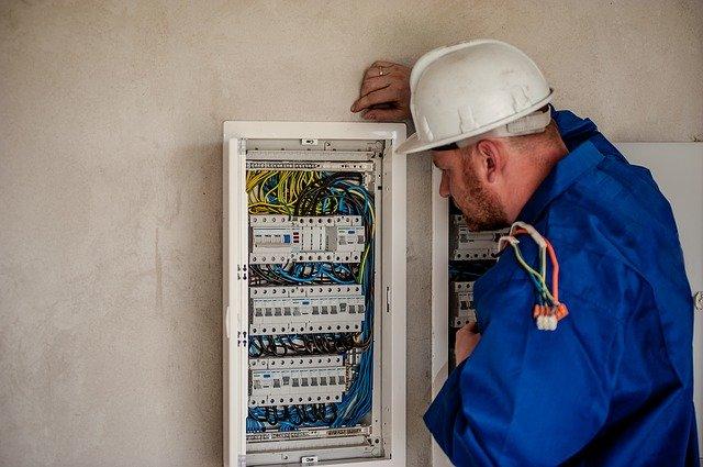 elektro skříň, kabely, elektrikář